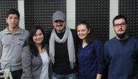 Marmara Radyosu dinleyenleri için Orhan Ölmez şarkılarını gitarıyla canlı canlı çaldı söyledi…Tadı damağımızdan kalan programlardan biri. (12 Şubat 2013)